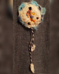 Broche en laine feutrée