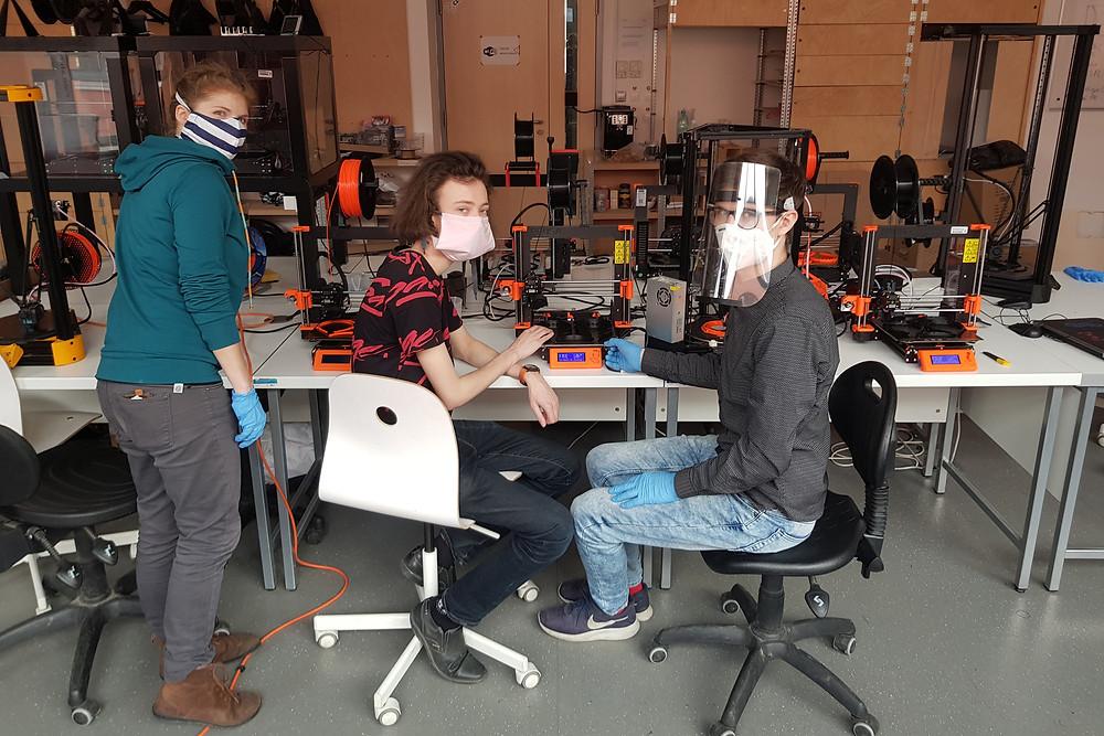 stovky ochranných štítů z plexiskla vyrábí v těchto dnech dobrovolníci z brněnské dílny FabLab