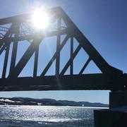 Sous la lueur du pont