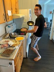 Mathieu prépare ses crêpes bretonnes!