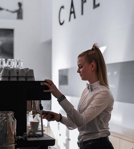 Foto: © Leander Brandstädt - Personal an Kaffeemaschine