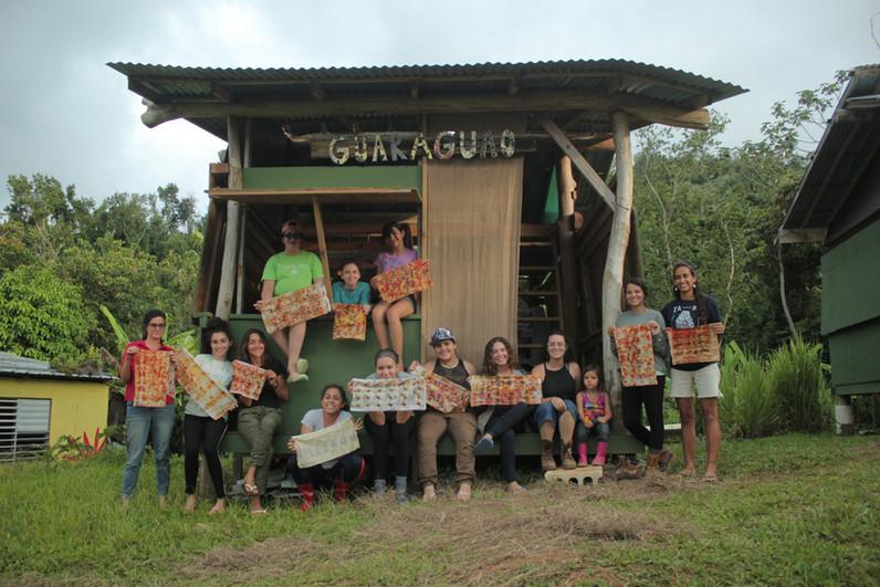 Foto grupal frente a cabañas