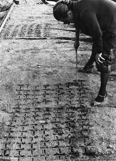 Dadamaino-Scritto-sulla-sabbia-1977.jpg