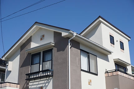 日本では、住宅損害保険(火災保険、地震保険など)の請求について、あまり知られていないのが現状です。    建物が全壊、半壊した。家が燃えてしまった。  そういった誰が見てもわかるような『視覚的被害』があって初めて、地震保険を請求できると思っているお客様が大半です。    実はその情報は完全に間違っています。