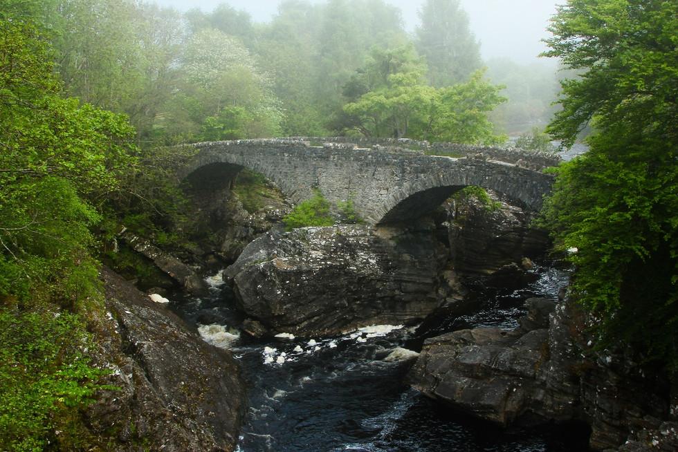 """Alte Steinbrücke auf dem """"Great Glen Way"""" / Schottland"""