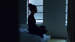 femme assise sur son lit