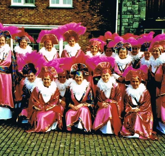 Dames roze met pluimen hoed.jpg