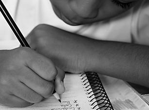 fluxo-escolar-escola-aluno-escrevendo-re