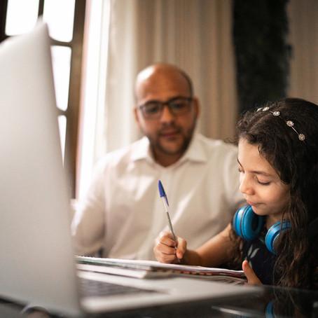 Como ajudar as famílias de alunos com problemas nas aulas on-line
