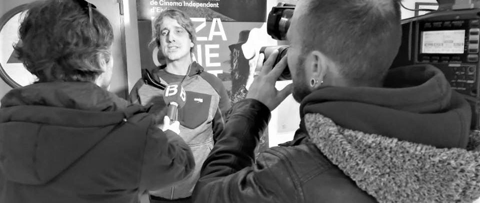 Jope Fernández atendiendo a IB3 en la presentación de Salka en Ibiza.