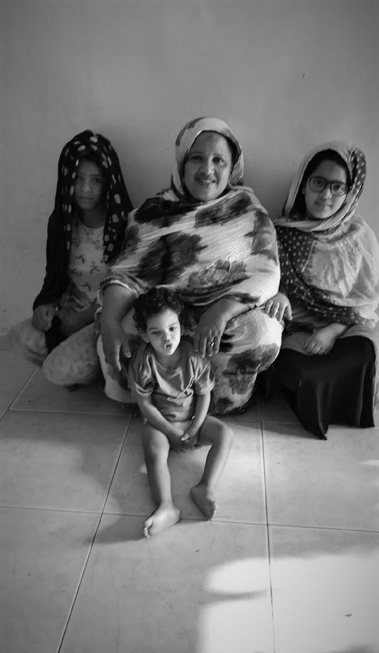 """Aychetou Diallo,Directora de la NAD con tres de sus """"hijas""""."""