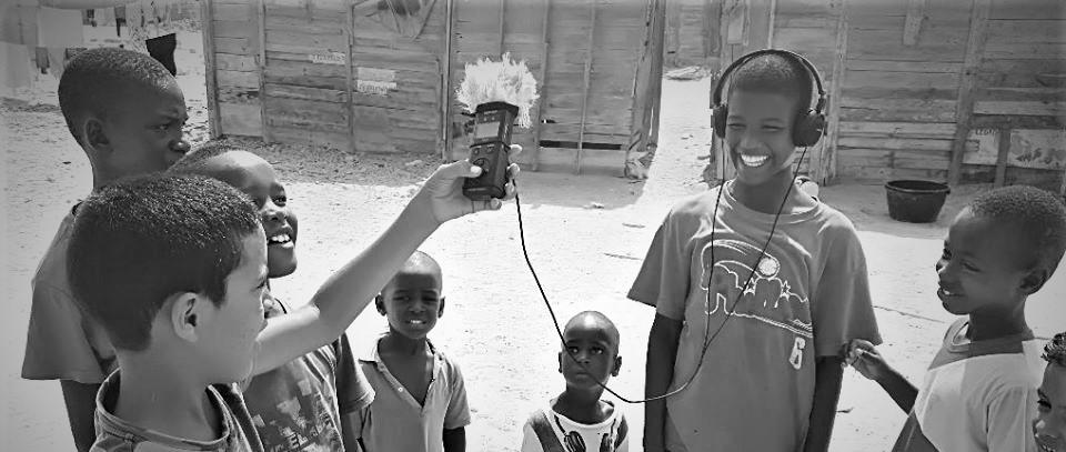 Niños del orfanato NAD jugando con la Tascam utilizada para la grabación de sonido en Salka.