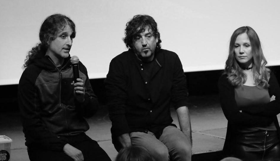 Jope presentando la realidad de Mauritania al público que llenó Can Jeroni (170 espectadores) y Marta Cañamaque,actriz que interpretó la voz de Salka.