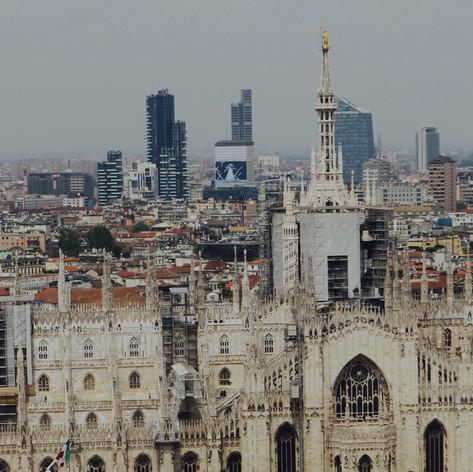 Panorama von Mailand mit dem Dom und im Hintergrund neuen Quartiere Porta Nuova und Porta Garibaldi