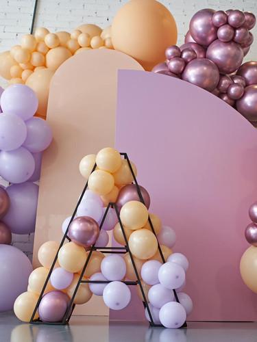 backdrop con letra metalica y globos
