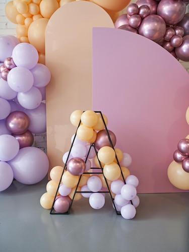 backdrop con letra metálica y globos