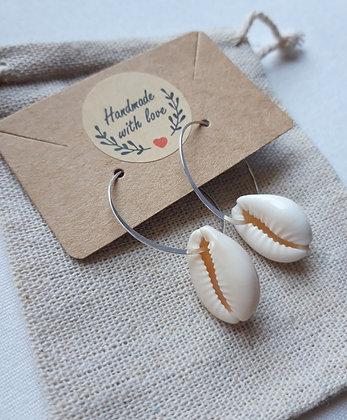 Boucles d'oreilles mini créoles cauris naturels et argent 925