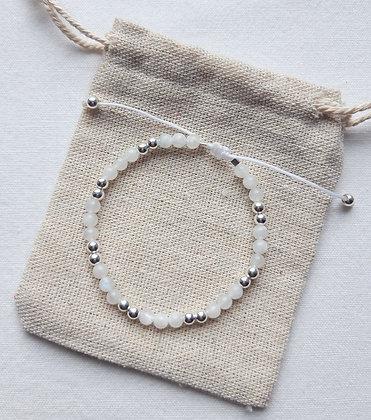 Bracelet fin en perles naturelles Pierre de lune et perles en argent 925