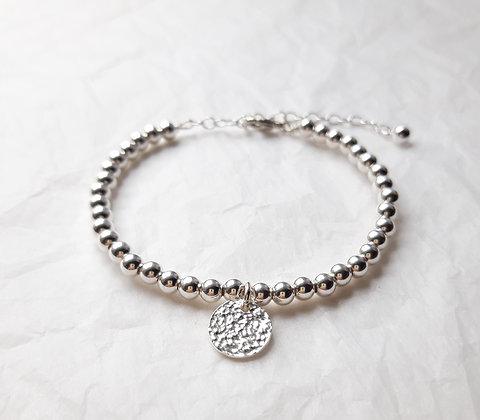 Bracelet fin perles et médaille martelée, argent 925