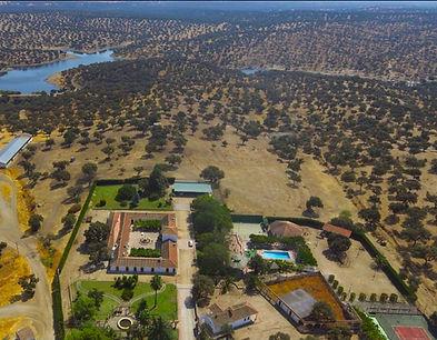Vista aérea de Hacienda Carboneras con el pantano al fondo