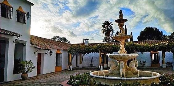 Patio central con fuente en Hacienda Carboneras