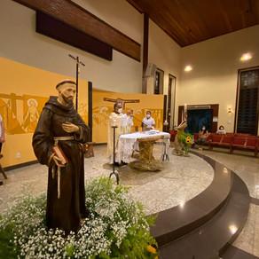 Fiéis celebram o primeiro dia do tríduo de São Francisco de Assis