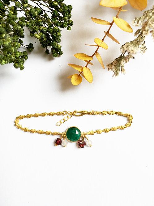 """Bracelet """"Cécile"""" en or mat 24 carats, Silimanite émeraude et perles en Grenat"""