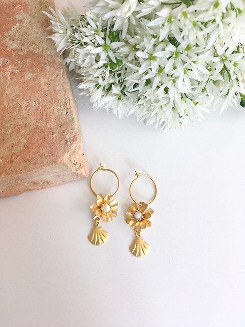 Mini créoles à fleurs et coquillages en or mat 24 carats, perles en nacre nature