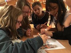 Kinderen die een puzzel oplossen