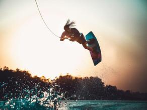 Volando sobre el agua en  Wakeboard
