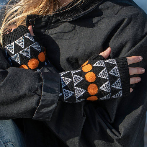 'Solar' in black - 100% lambswool wrist warmers
