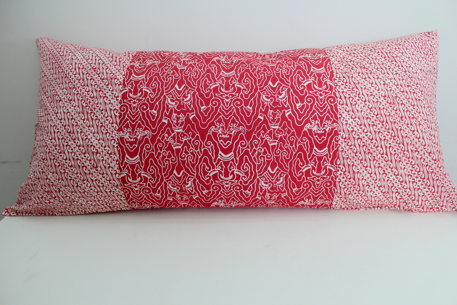sarung bantal cinta batik merah