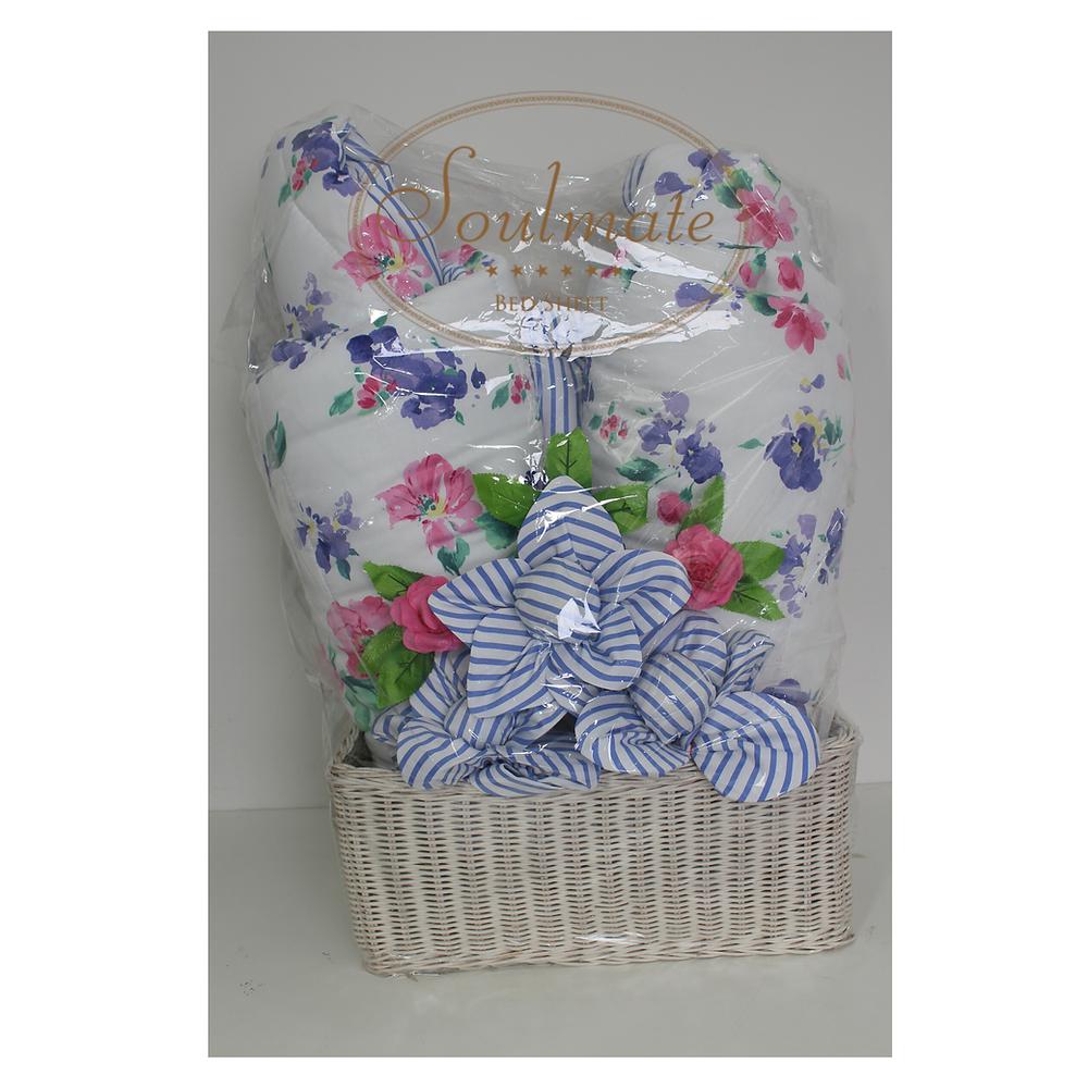 Hantaran dari sprei dan bedcover bentuk bunga dengan keranjang rotan berbentuk kotak