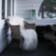 saueskinn, dobbelt saueskinn, stol med saueskin, trådstol saueskinn, interiør saueskinn, hvitt saueskinn, sheepskin, interior sheepskin, white longhaired sheepskin, langhåret saueskinn