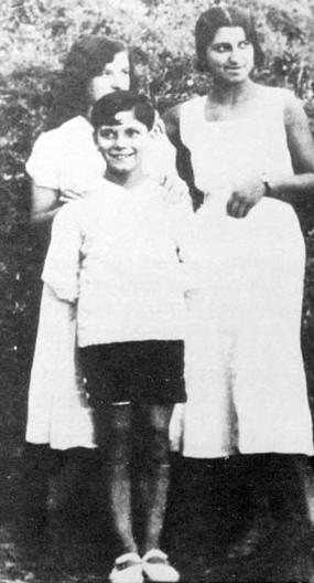 avec Simone sa soeur et une voisine.jpg