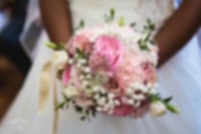 Joli bouquet de mariée rond de fleurs de saison vieux rose et blanc