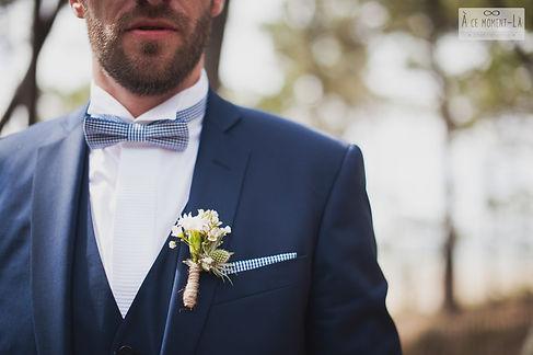 Boutonnière blanche de fleurette assortie au bouquet de la mariée