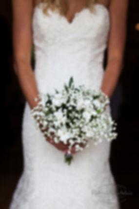Joli bouquet de mariée léger en gypsophille blanc et oeillet