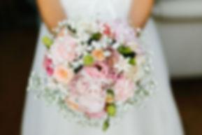 Bouquet de mariée de fleurs roses et blanches , gypsophile et pivoine