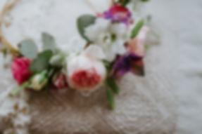 Demi couronne fleurie pour la coiffure de la mariée assortie à son bouquet