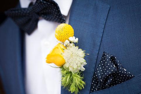 jolie boutonnière pour le marié jaune assortie au bouquet de la mariée