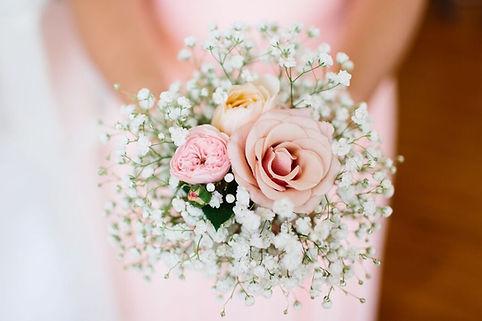Un petit bouquet de mariage civil ou de demoiselle d'honneur dans les tons de rose saumonné avec la légèreté du gypsophille