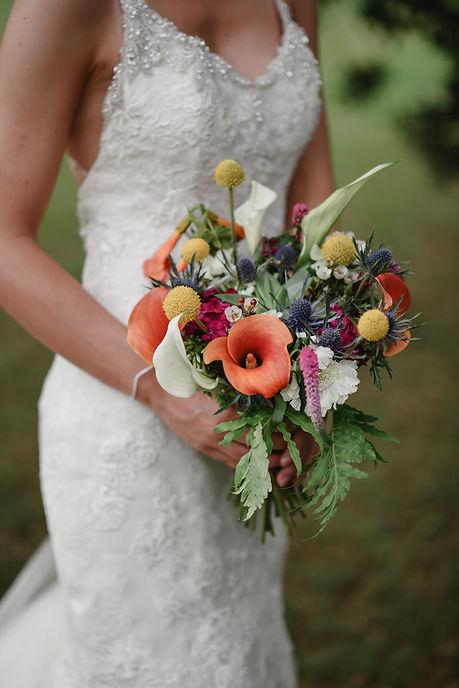 Bouquet multicolore de plusieurs varités de fleurs dans des couleurs peps