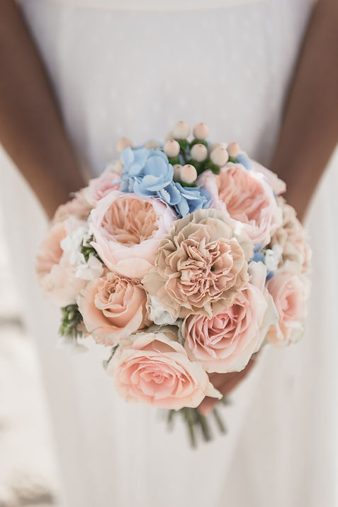Bouquet de mariée rond pastel en bleu et rose avec ses roses anglaises