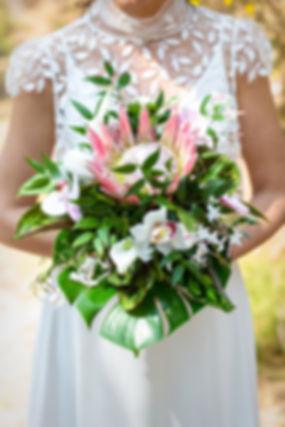 Magnifique bouquet exotique dans des tons de rose et blanc, qui ressortent sur le vert sombre des feuillages exotiques
