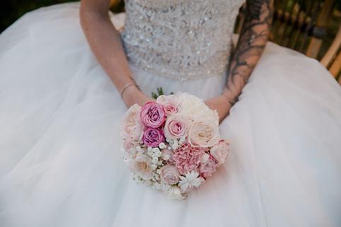 Bouquet de mariée en camieu de roses, de pivoines,roses et oeillets