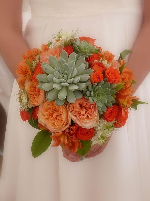 Bouquet rond de mariée orange orné de crassulacées, avec ces roses anglaises David Austin