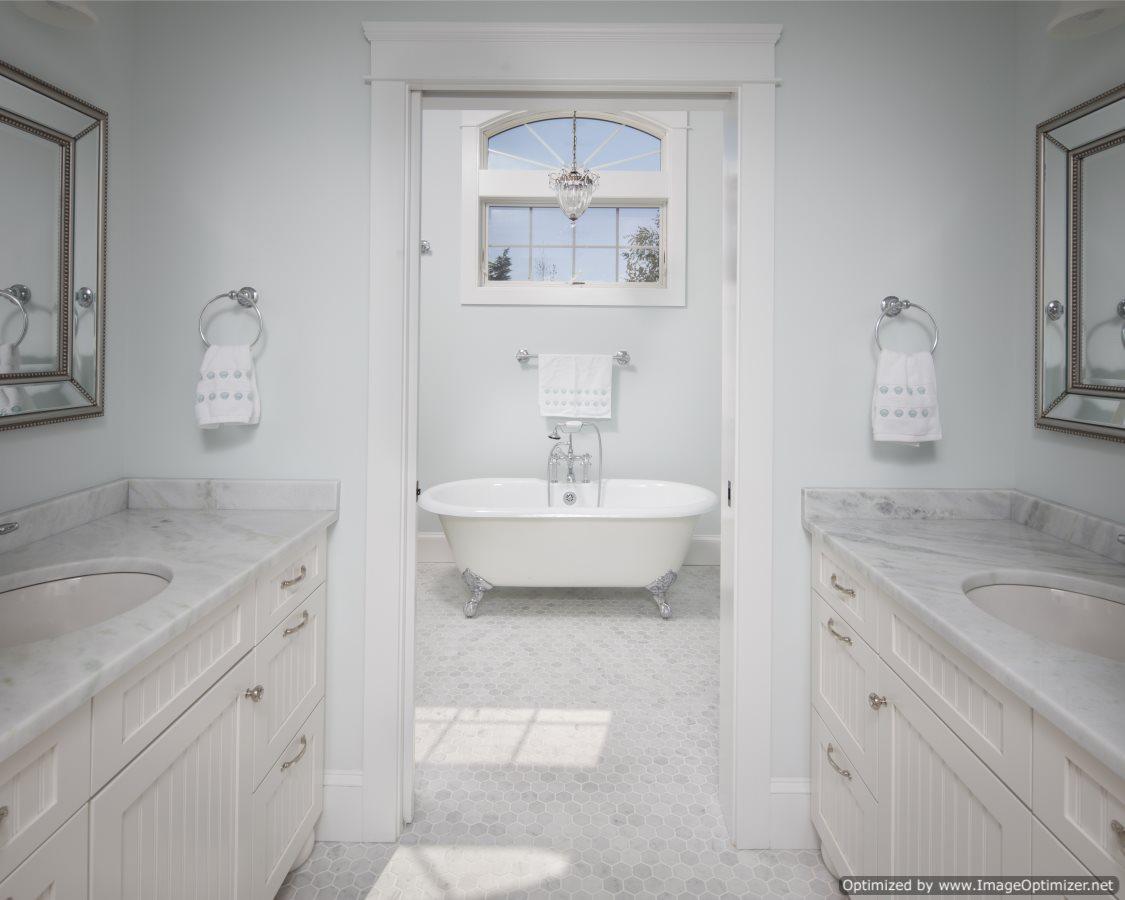 beach house bathroom tub