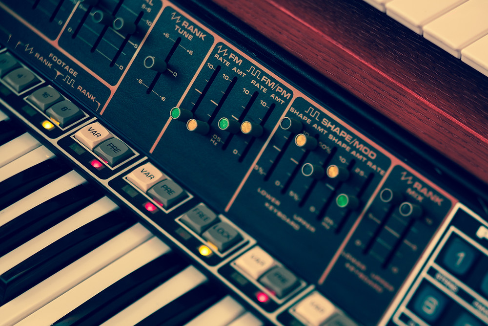 vintage-synthesizer-keyboards