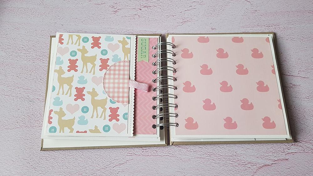 אלבום בעבודת יד לתינוקת, אלבום מרובע, עם דפים מעוצבים ומדבקות תואמות